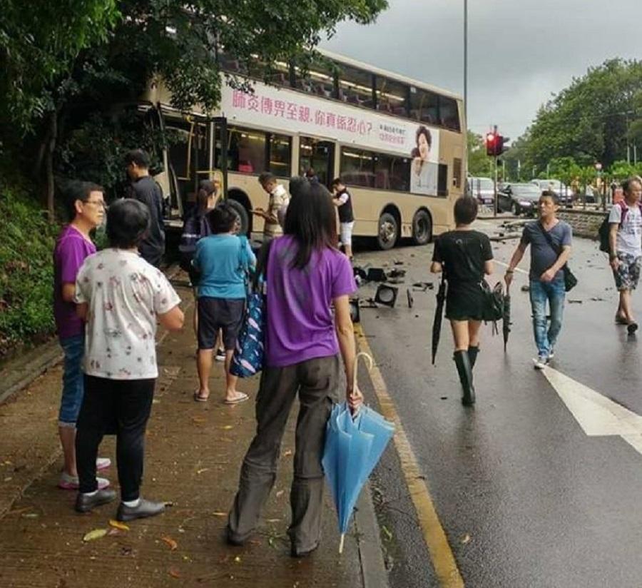 九巴與客貨車相撞剷上行人路。facebook群組圖片