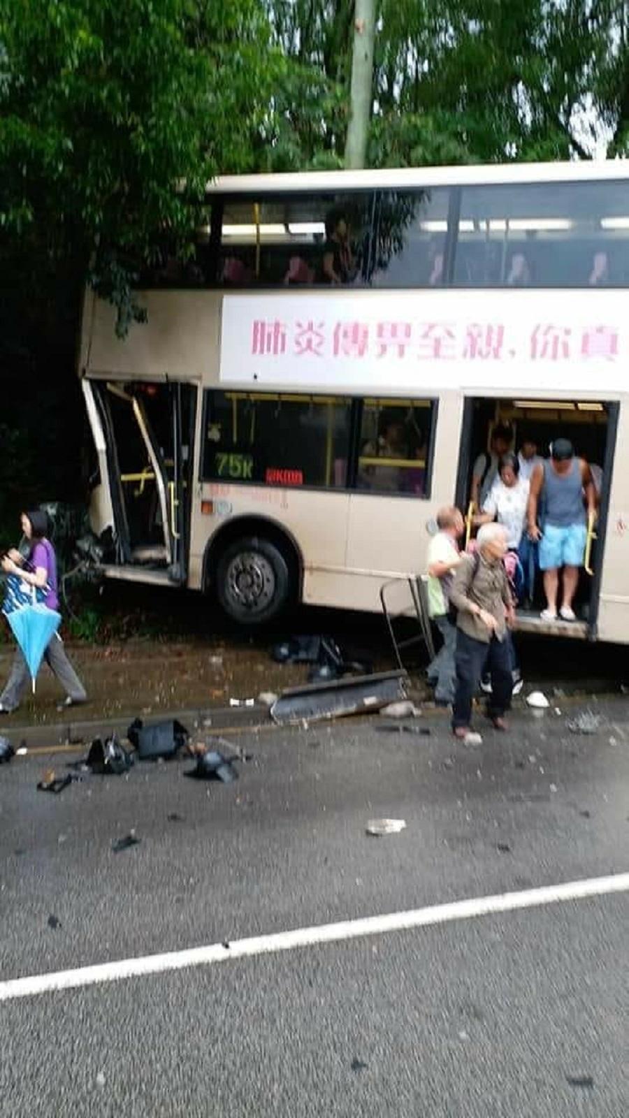 大埔汀角路九巴與客貨車相撞剷上行人路。facebook群組圖片