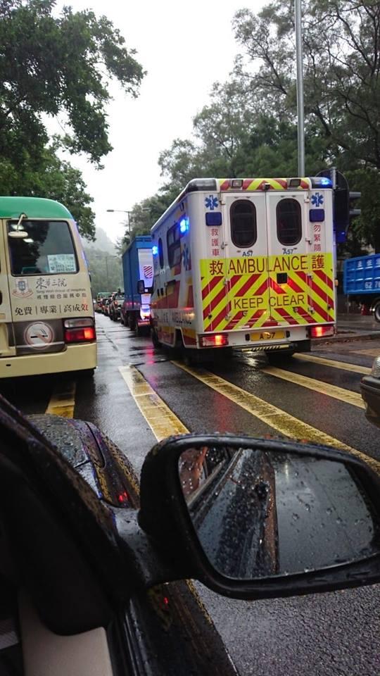 救護車被困車龍。網民Kelvin Pun圖片