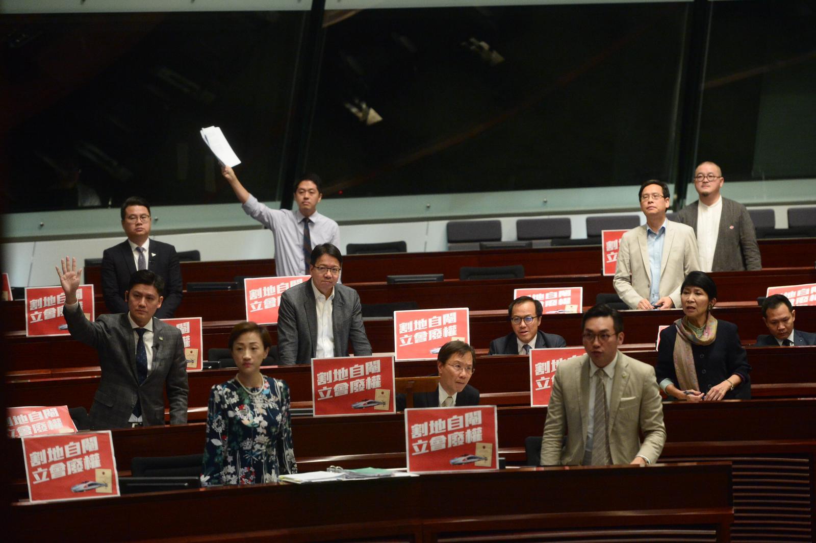 議員朱凱廸抗議被保安抬走