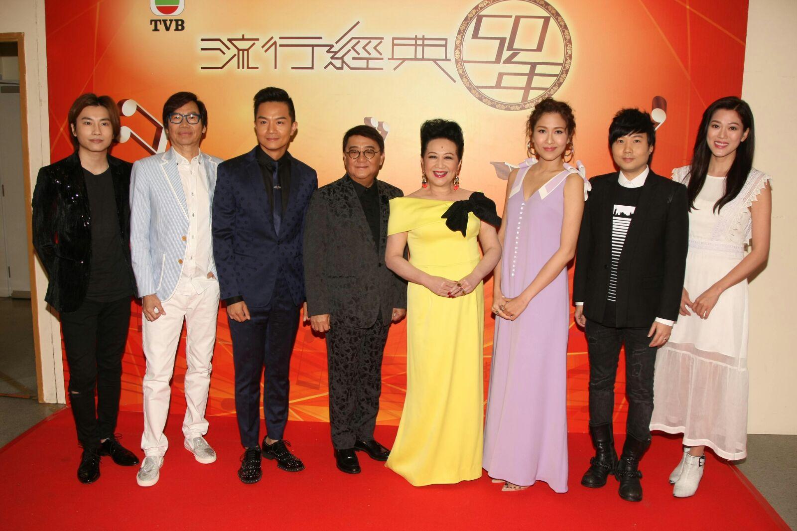 薛家燕(右四)錄影《流行經典50年 》。