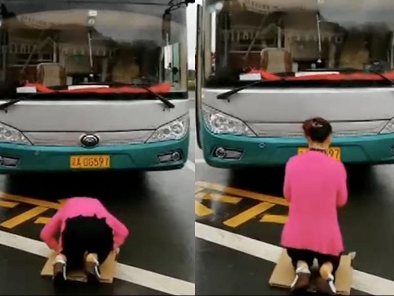 王女士在車頭前下跪叩頭,以示對「車神」的歉意。(網圖)