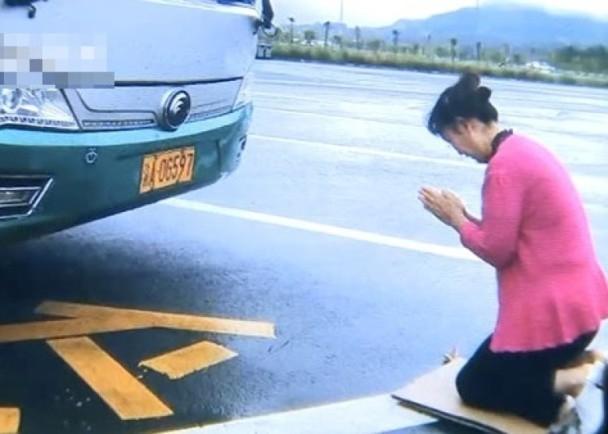 司機要求王女士下跪拜車神,並不是對她侮辱,是為了遊客們的安全考慮。(網圖)