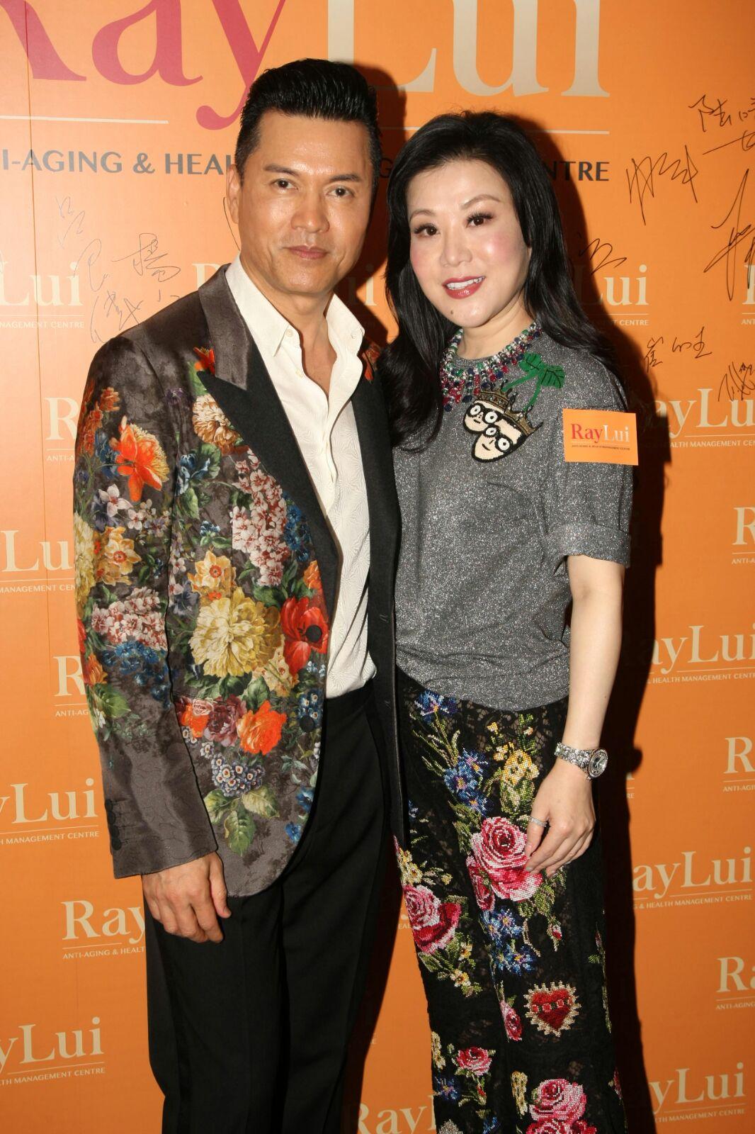 呂良偉在太太支持下開店宣傳自己。