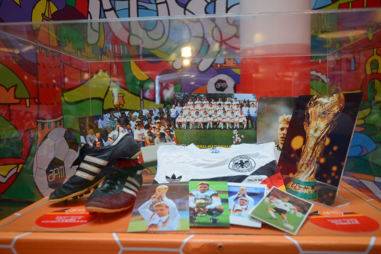 商場展示德國國家隊球衣、球鞋。