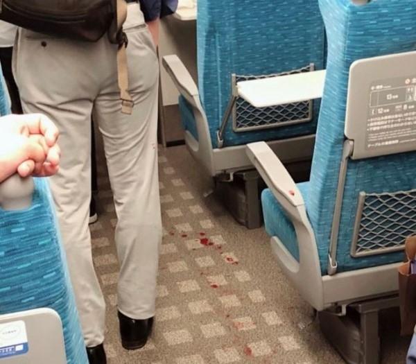車廂地面留有血漬。網上圖片