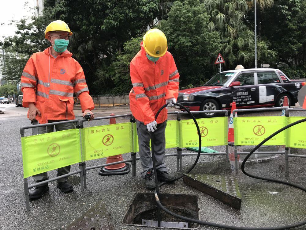 渠務署人員會使用儀器探測沙井內是否含有毒或爆炸氣體。局長網誌圖片