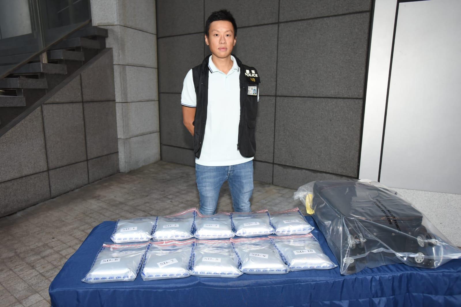 警方展示搜出毒品。