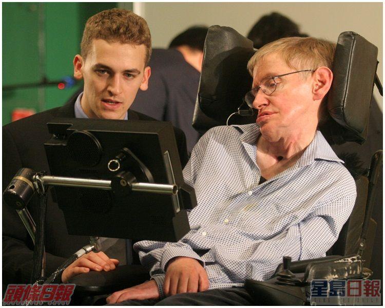 霍金(右)面容有點疲倦,但仍回答了傳媒提出五條問題。資料圖片