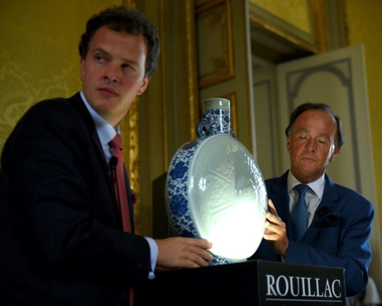 抱月瓶瓶腹呈圓形,瓶腹兩面浮雕為蓮瓣內飾八吉祥紋 (八寶紋),瓶底則刻有乾隆皇帝的印章。網圖