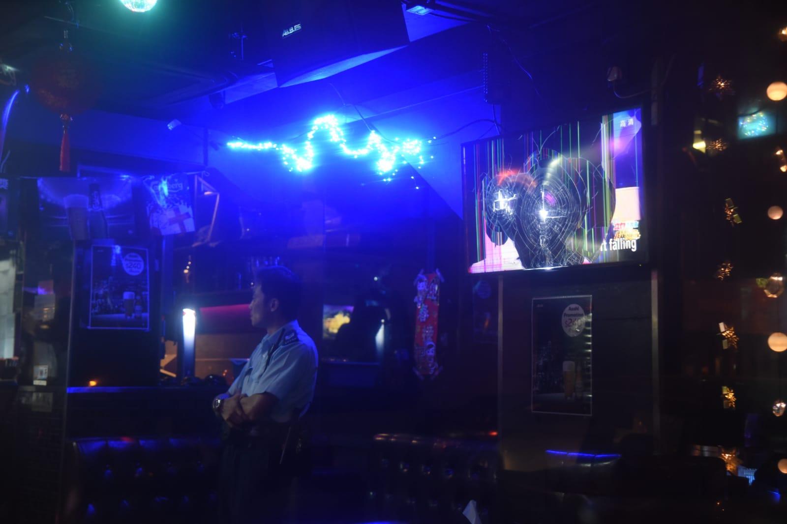 三惡漢闖九龍城酒吧掃場,球棒打爆電視芒。