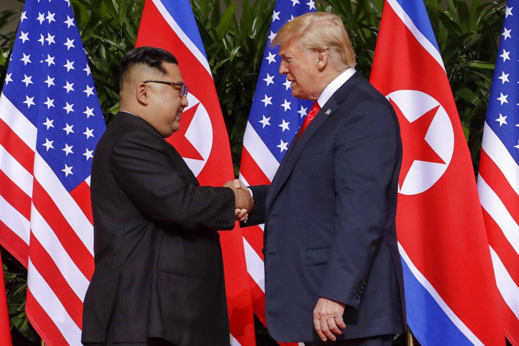 金正恩和特朗普握手,締造70年來首度美朝首腦的歷史。AP
