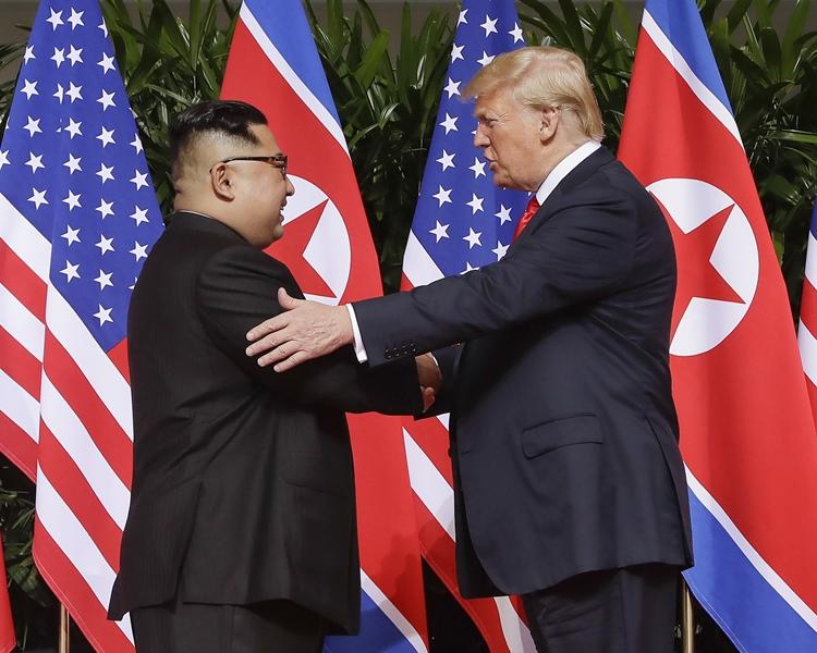 金正恩及特朗普多次握手。AP