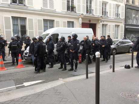 數十名警察抵達事發現場,警方其後救出兩名人質,事件料和恐襲無關。AP
