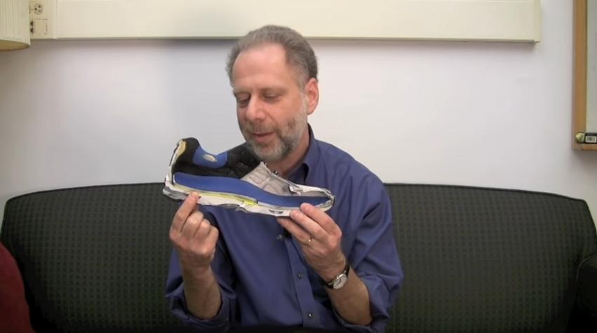 哈佛大學教授Daniel Lieberman指現代流行的運動鞋比赤足更傷腳。(資料圖片)
