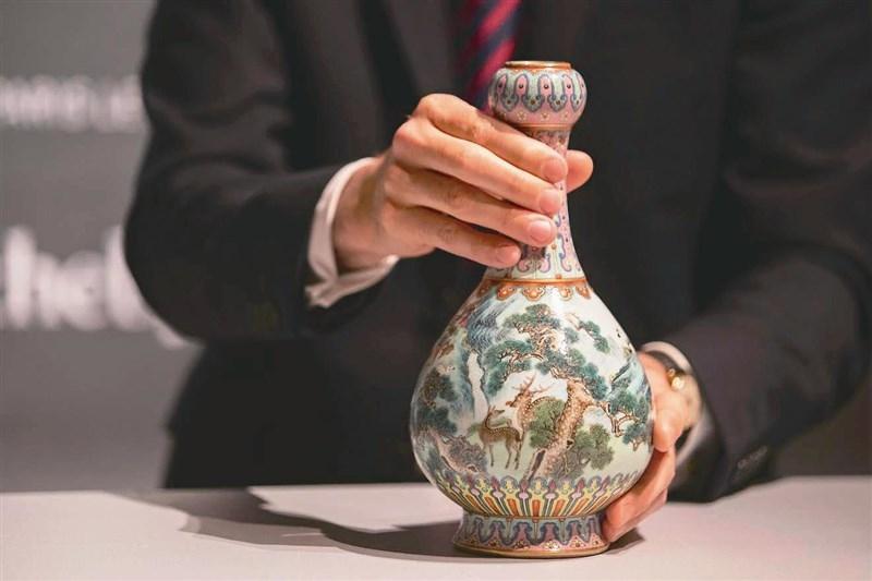 被拍賣的乾隆時期瓷花瓶保存完好,最終以1620萬歐元被買家投得。(網圖)