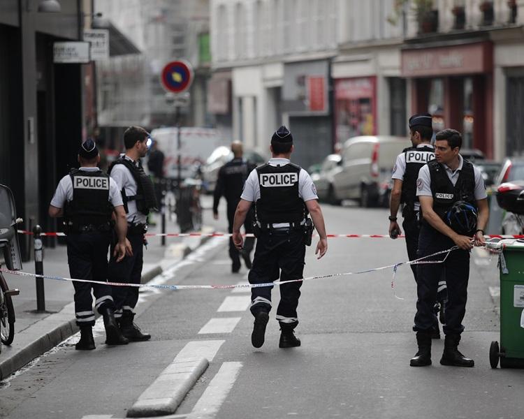 巴黎挾持事件落幕,兩人質獲救持刀男被捕。AP
