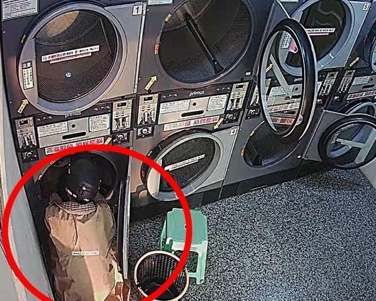 台男(紅圈示)與老闆生糾紛偷衣報復,負責案件女警為受害者之一。網上圖片