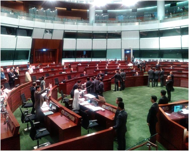 部分民主派議員一度上前圍住林卓廷,圖阻止保安行動。