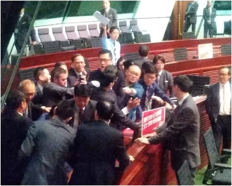 部分民主派議員走出座位抗議。