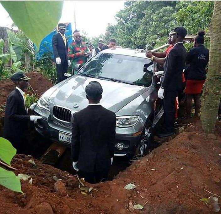 尼日利亞一名孝子在父親過身後,豪花近70萬港元購買一輛寶馬當成棺材,為父親風光大葬。