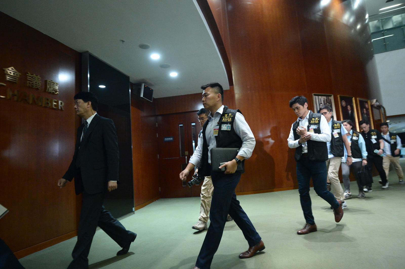 立法會秘書處報警後,警方進場搜證。