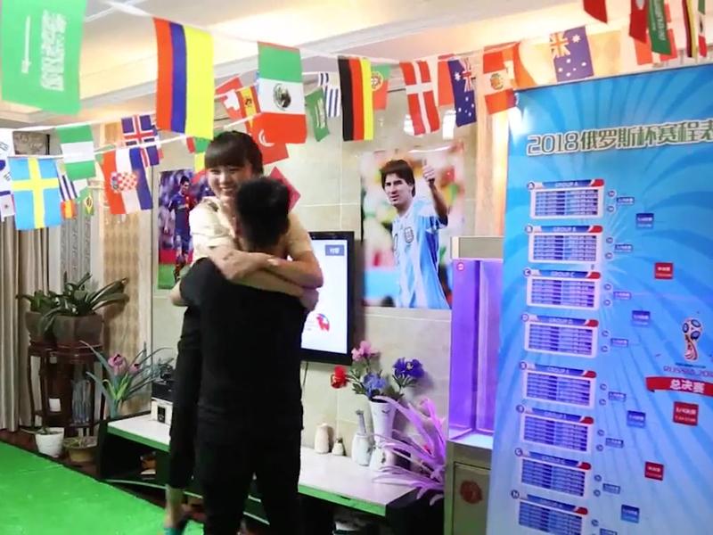河南鄭州人妻小榮為球迷老公打造了「世界盃」版的睇波客廳,還備足杯麵啤酒只為老公安心觀看世界盃。(網圖)