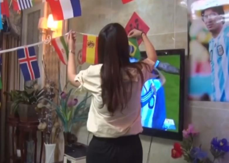 小榮在客廳掛滿各參賽國家隊的旗幟。(網圖)