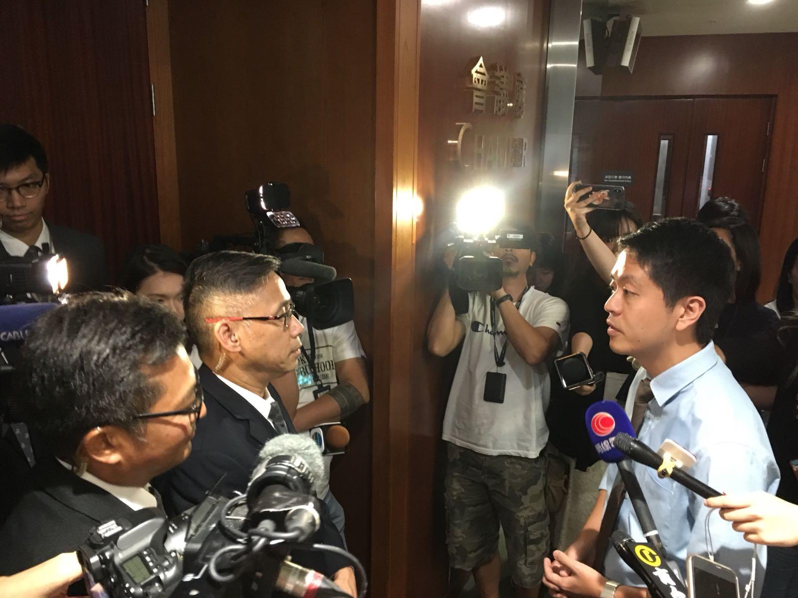許智峯同樣被保安拒絕進入會議廳。