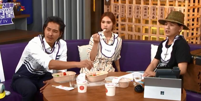 藍正龍、楊丞琳到黃子佼的直播節目接受訪問。