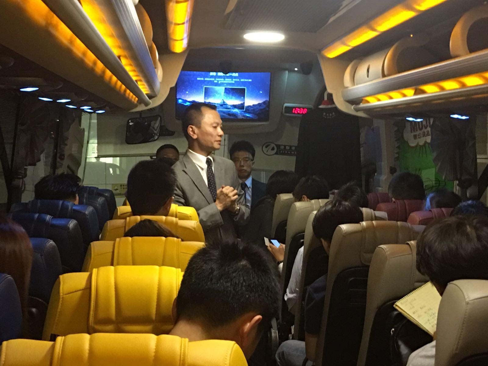 53座位巴士不設企位。