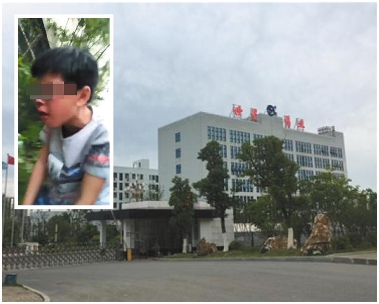 網上影片中一名疑為當地的男童站立不穩,並流著鼻血。網圖