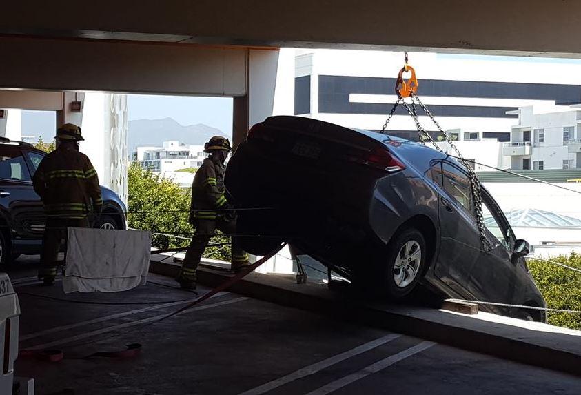約20名消防人員接報到場,協助將私家車拉回停車場。