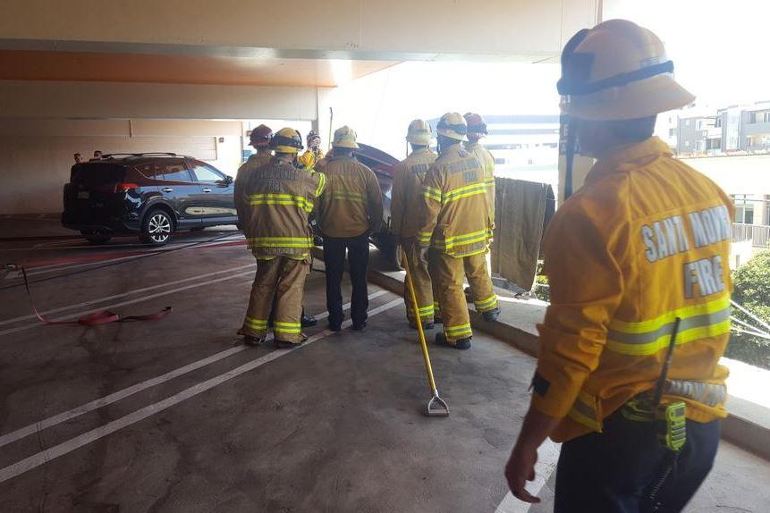 消防人員在四周拉上封鎖線,清理地面雜物,以防可能危害到其他人。