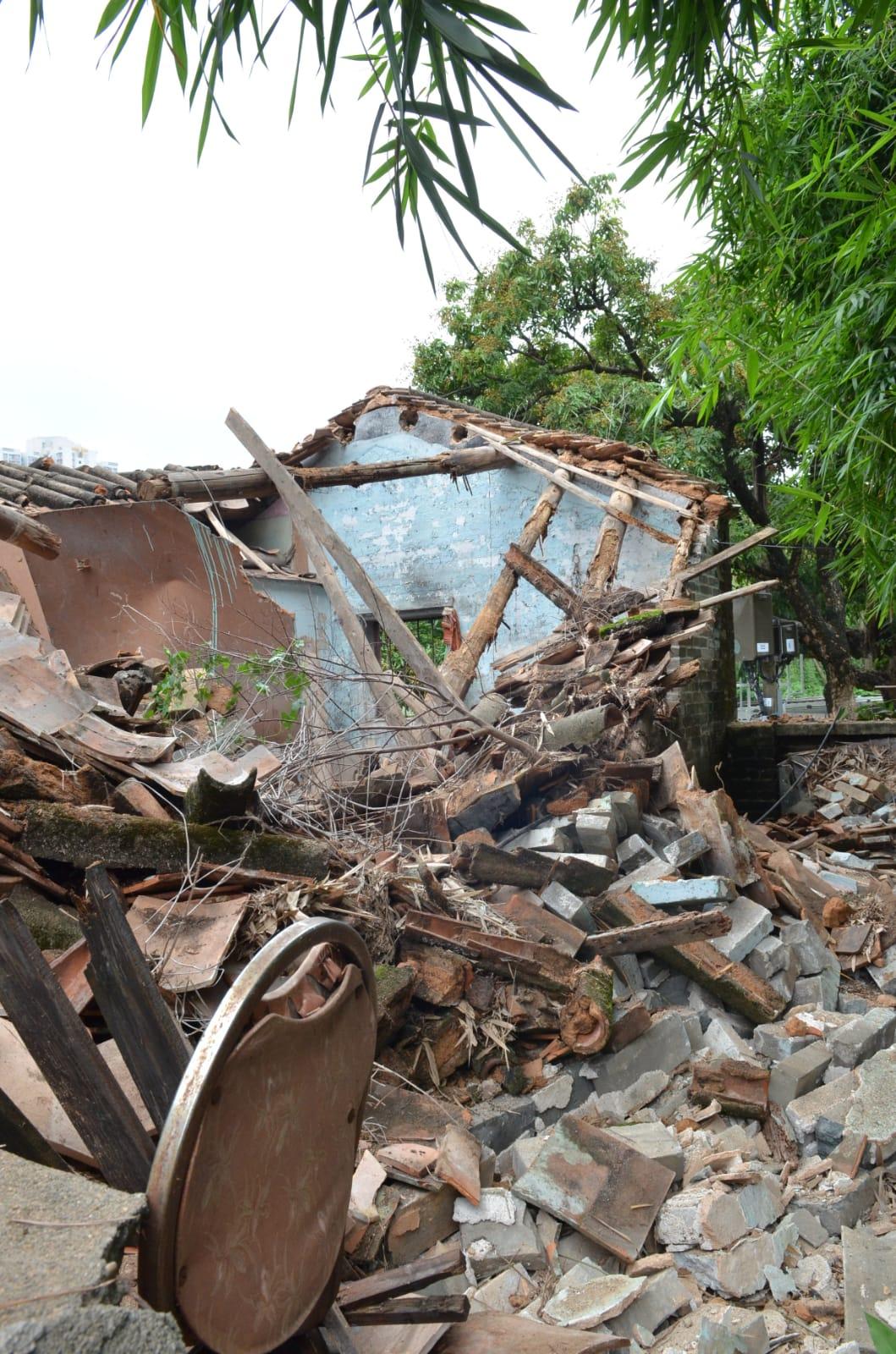 屋頂出現坍塌,碎片散滿一地。林思明攝