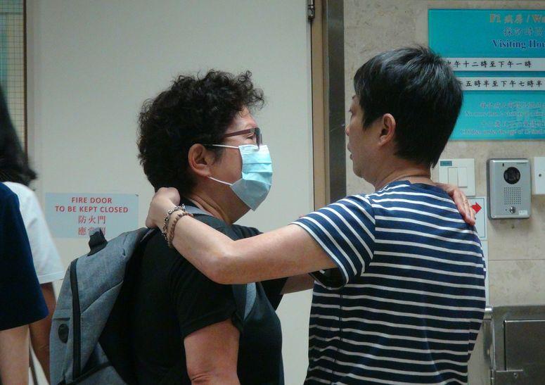 Calvin親友到醫院了解情況。梁國峰攝