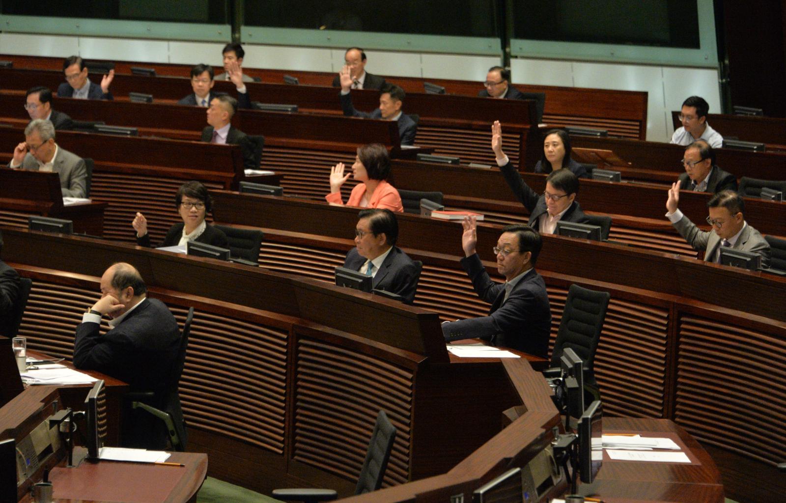 立法會繼續審議一地兩檢草案。