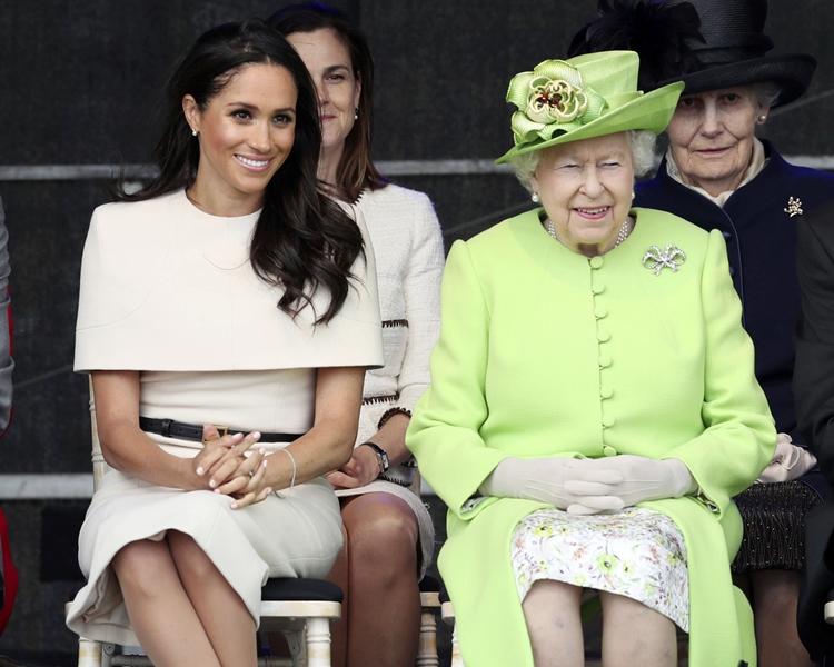 梅根陪同女皇乘坐皇家列車。AP