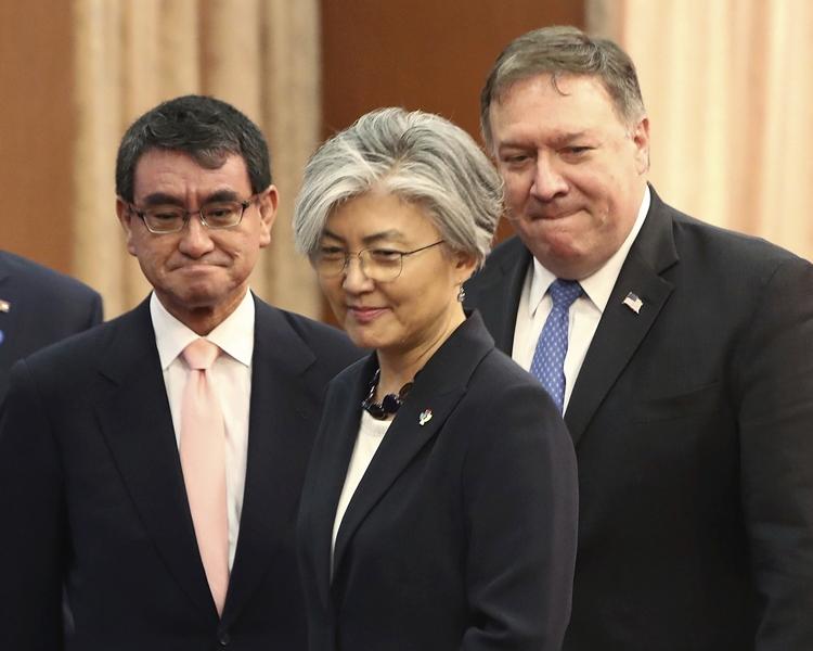 蓬佩奧(右)、康京和(中)及河野太郎(左)進行3國外長會談。AP