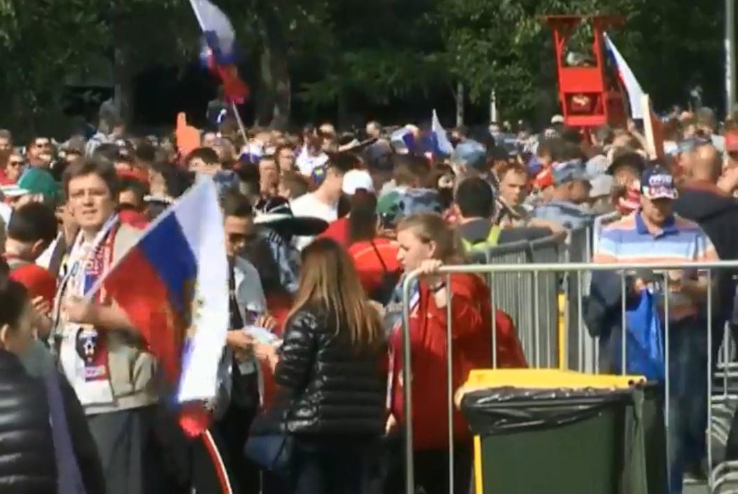 各國球迷陸續抵達揭幕戰球場。網上圖片