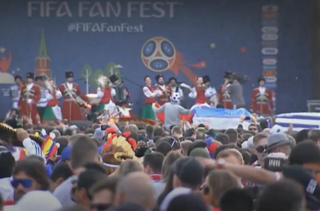 在莫斯科市面有大批球迷聚集出席音樂慶典。網上圖片