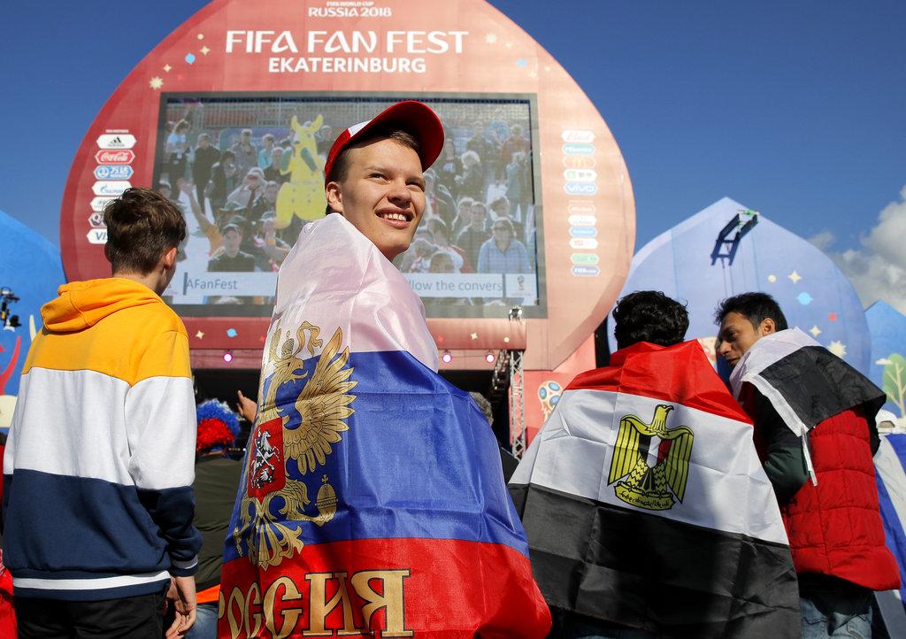 在莫斯科市面有大批球迷聚集出席音樂慶典。AP圖片