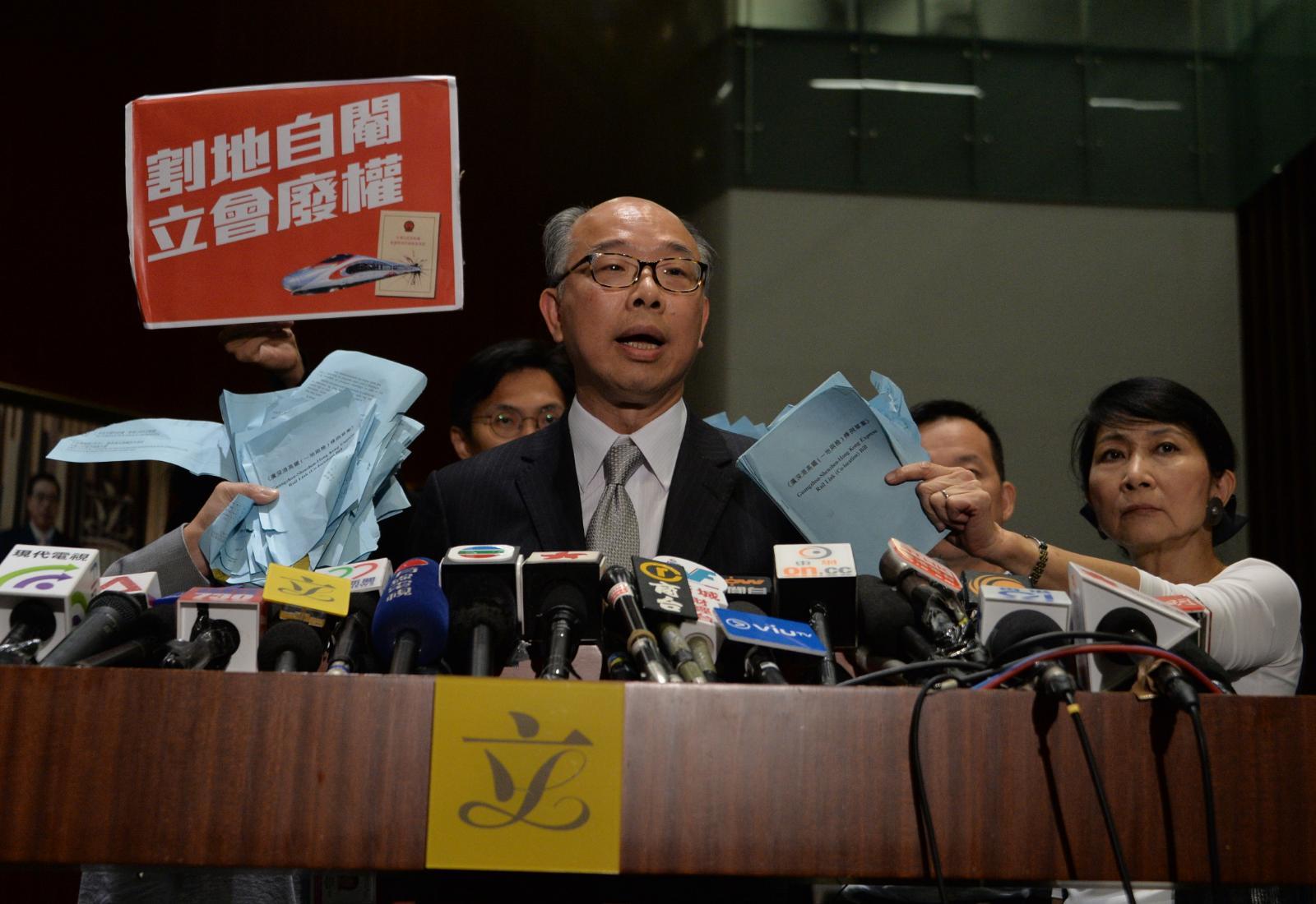 陳帆會見傳媒時,有民主派議員上前抗議。