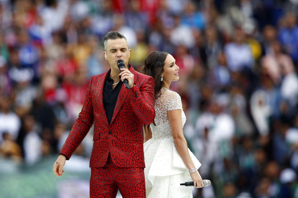 英國著名歌手羅比威廉斯(Robbie Williams)及俄羅斯國寶級女高音艾依達獻唱。AP圖片