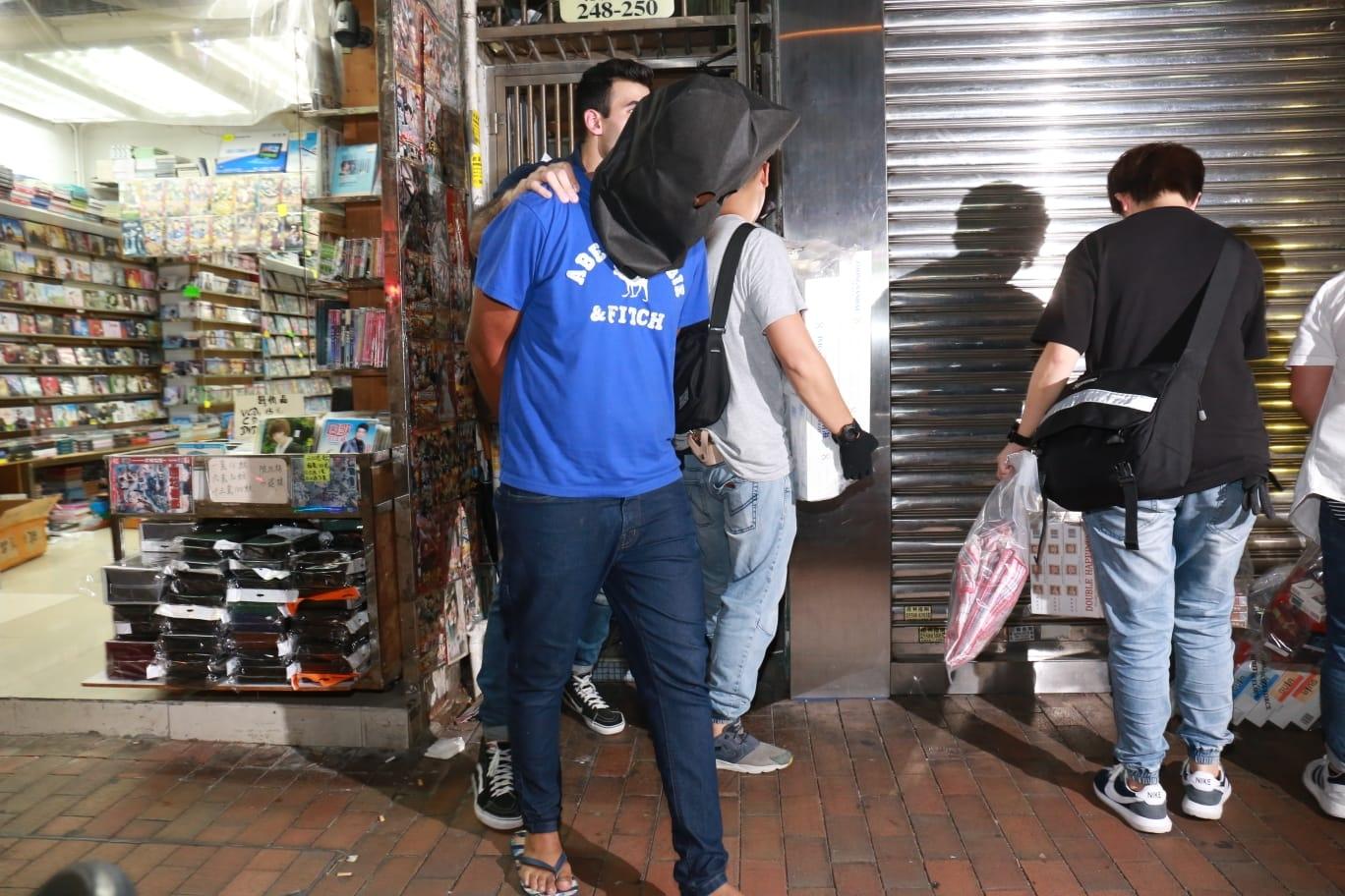 行動中拘捕一名男子。徐裕民攝