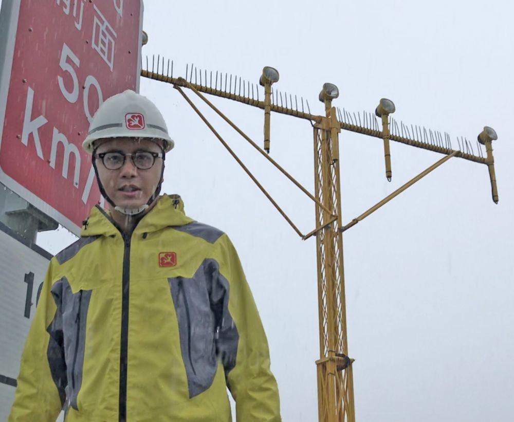 徐志傑確保機場導航燈和跑道燈正常運作。政府圖片
