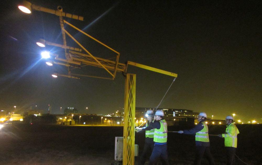 機電署同事需要24小時輪班,有時更要通宵工作。政府圖片