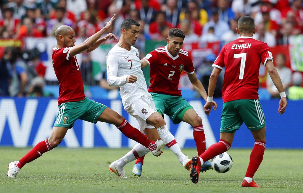 C朗拿度被摩洛哥球員圍困。AP圖片
