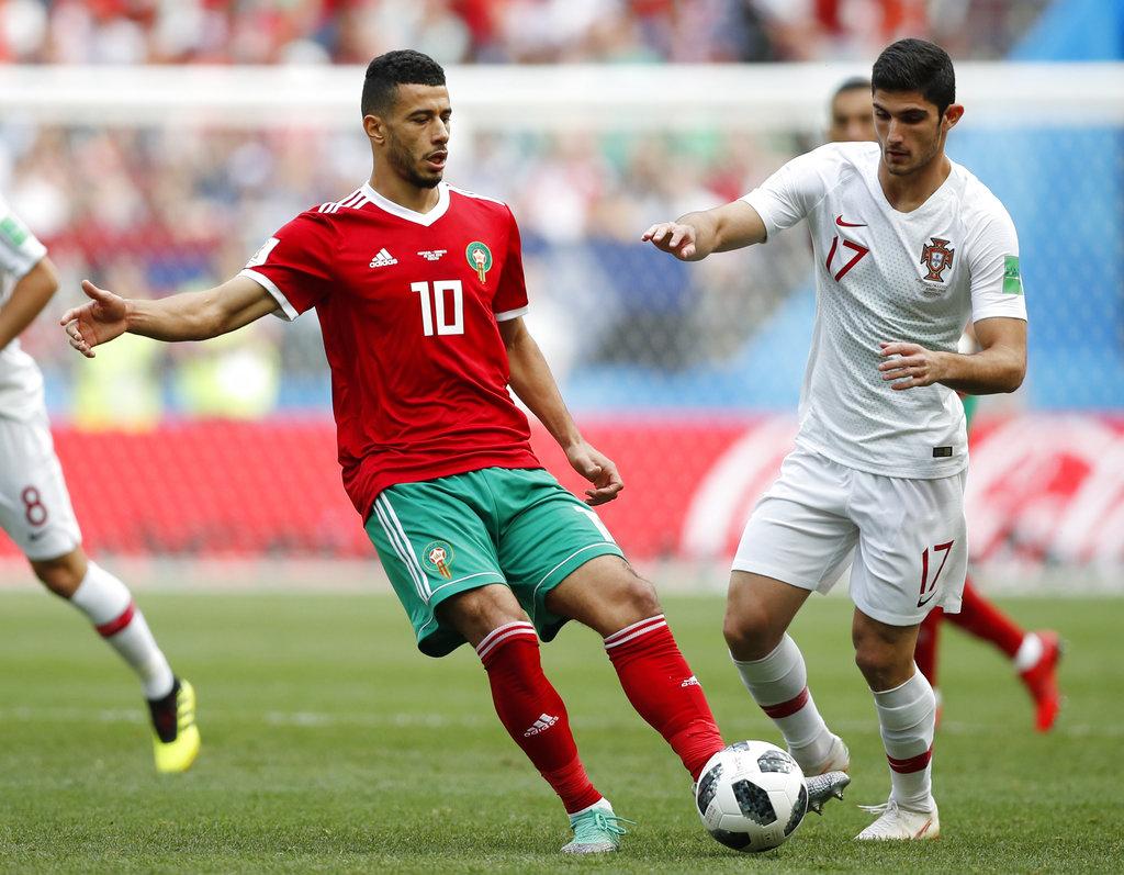 葡萄牙干卡路古亞迪斯(右)試圖搶走摩洛哥貝漢達(左)控球。AP圖片