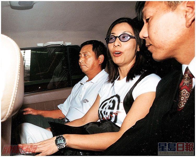 前高級警司譚德榮(左)與同居女友女藝員林漪娸(中)獲准擔保後﹐乘車離開廉署總部。資料圖片